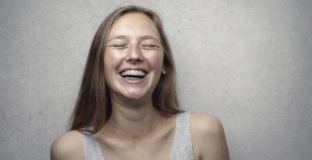 Jak wybielić zęby z aparatem?